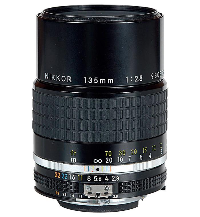 尼康105mm F2.5 Ai 镜头是这个系列镜头的鼻祖。其做工相当扎实,拿在手里手感不错。光圈全开下锐度不错,虽然没有传言中说的那么夸张,但基本可以使用,收一挡光圈后成像有显著提升。调焦行程设计的很