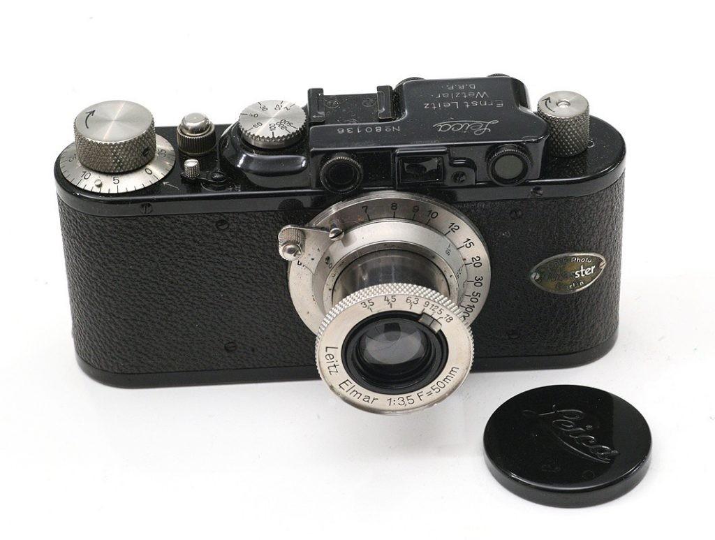 徕卡二代(Leica II),黑色表面处理,埃尔玛50 / 3.5。可以在正面看到相机商店在相机正面添加的标签。