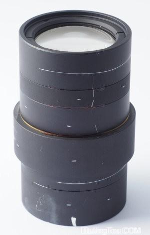 扫描仪的Nikkor枪管100毫米,带有校准标记。扫描仪中面向传感器的一端在底部。